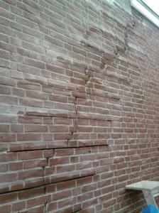 scheur-in-de-muur_scheurherstel_woudse-tol_voegbedrijf-finishing-touch-1
